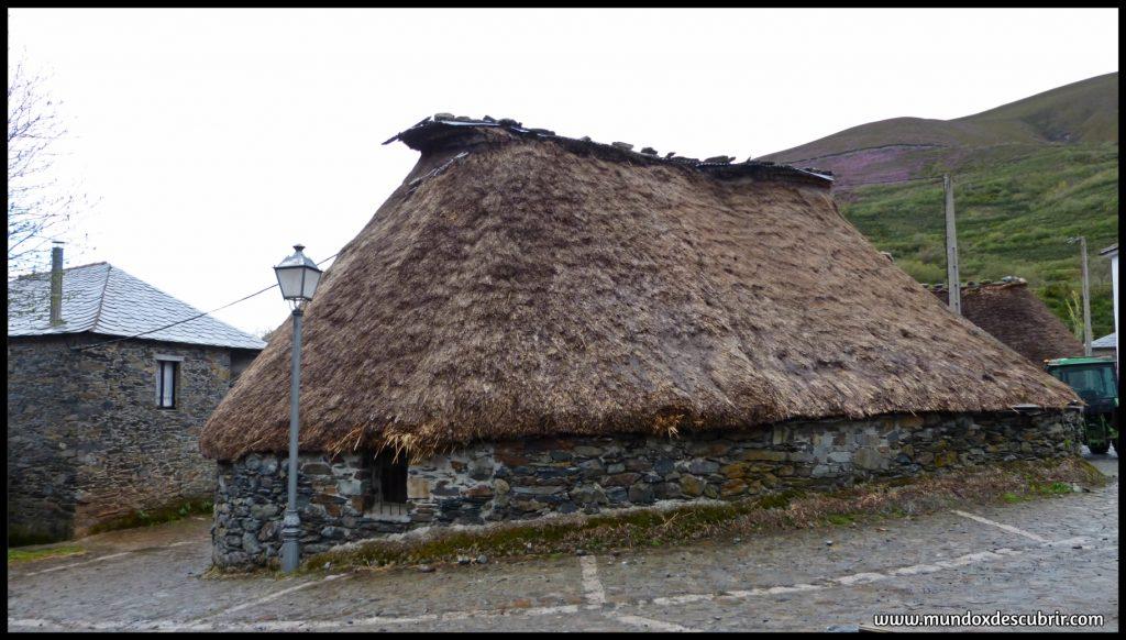 Balouta pueblo de pallozas en el Valle de Os Ancares