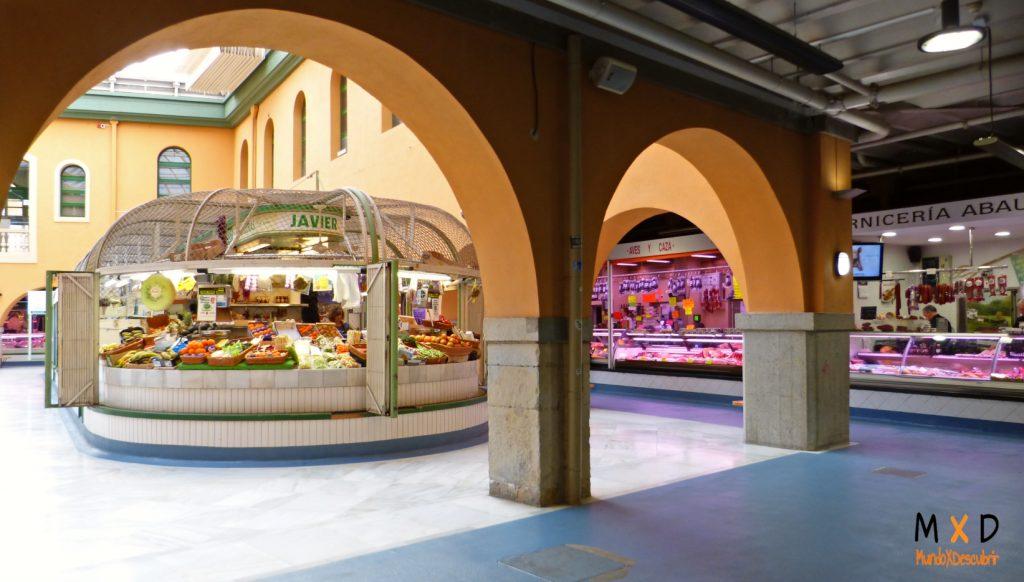puestos de frutas en el interior del mercado santo domingo de pamplona